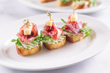 Красиво оформленный банкетный стол с закусками, канапе, бутербродами, свежими овощами, на день рождения, корпоратив или свадебное торжество.