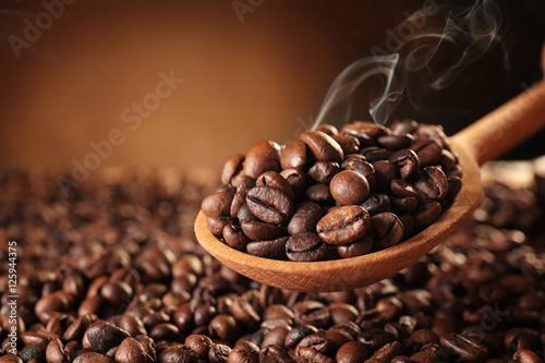 drewniana-lyzka-z-piec-kawowymi-fasolami-na-zamazanym