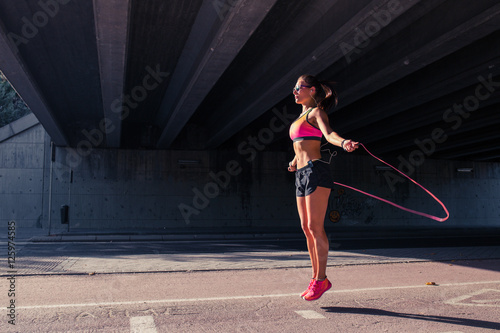 Póster Fit woman runner warming up outdoors