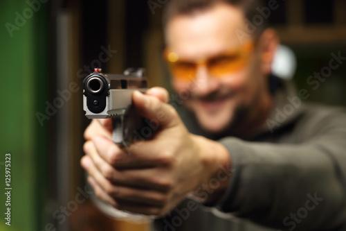 Mężczyzna na strzelnicy.