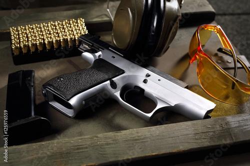 Pistolet CZ Shadow. Pistolet Cz, naboje i słuchawki ochraniające uszy, sprzęt strzelecki