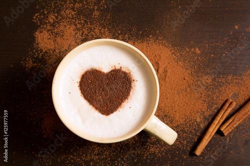 filizanka-kawy-z-serce-wzorem-cynamon
