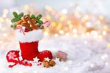 Nikolaus, Weihnachten  -  Gefüllter Nikolausstiefel im Schnee - 126098152