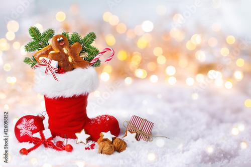 Nikolaus, Weihnachten  -  Gefüllter Nikolausstiefel im Schnee