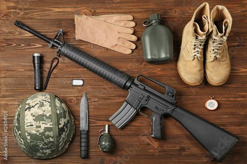 set-militarny-stroj-na-drewnianym-tle-wierzcholek-v