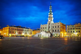 Rynek wraz z ratuszem w Zamościu nocą - 126164515