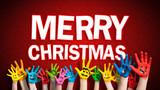 viele angemalte Kinderhände mit Smileys vor weihnachtlichem Hintergrund mit