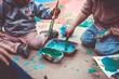 Niños jugando con pinturas y temperas