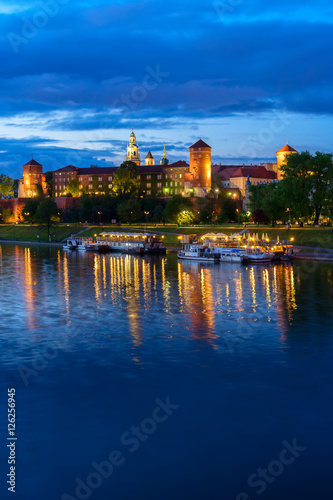 In de dag Krakau Wawel hill with castle and reflections in Wisla river in Krakow at night, Poland