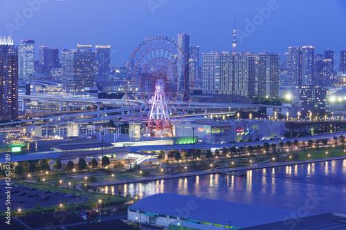 東京都市風景 ファンタジックな お台場 夜景 観覧車 東京スカイツリー 鮮やかな町並み