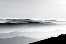 Vue aérienne des montagnes brumeuse relief