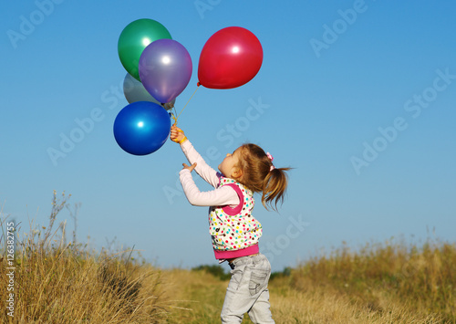 Fotografiet  girl outdoors with balloons