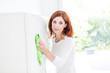 Frau putzt im Haushalt