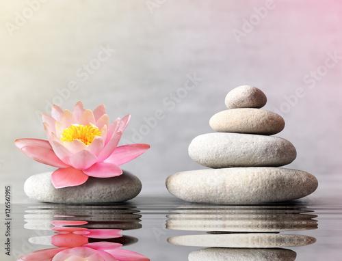 kamienie-rownowagi-z-kwiatem-lilii-na-szarym-tle
