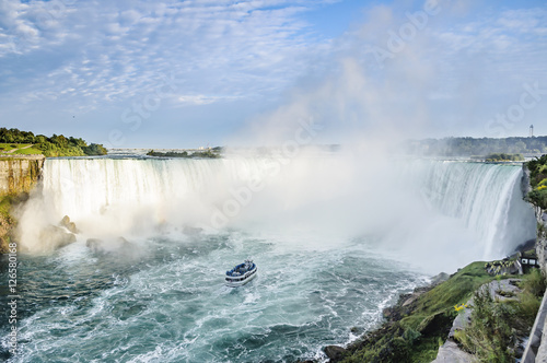Deurstickers Bos rivier Ship in front of Horseshoe Fall, Niagara Falls, Ontario, Canada