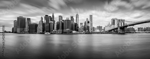 Tuinposter New York Manhattan from Brooklyn (B&W)
