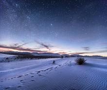 Les dunes de sable avec empreintes de pas dans le désert sous le ciel de nuit, Nouveau-Mexique