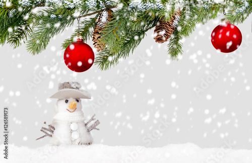 Weihnachtliche Hintergrund Tannenzweige und Schneemann. Poster