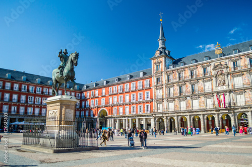 Papiers peints Madrid Felipe III statue and Casa de la Panaderia on Plaza Mayor in Madrid, Spain
