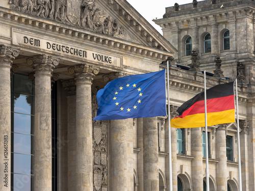 Plagát, Obraz Reichstag in Berlin mit EU-Flagge und Deutschlandflagge