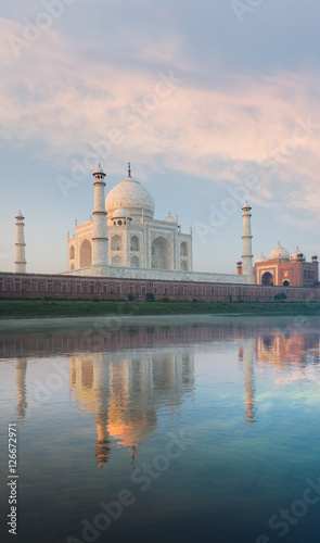 Staande foto India Jamuna River Reflection Taj Mahal Sunrise Rear