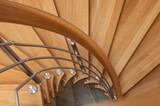 détail escalier en colimaçon en bois et métal - 126749747