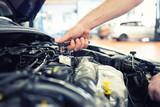 KFZ Mechaniker repariert Motor eines Fahrzeugs in der Autowerkstatt - Close Up Hand mit Werkzeug im Motorraum - 126810784
