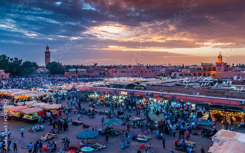 Sonnenuntergang über dem Djemaa el Fna in Marrakesch; Marokko