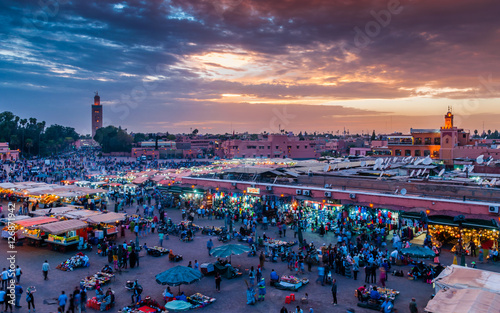 Papiers peints Maroc Sonnenuntergang über dem Djemaa el Fna in Marrakesch; Marokko