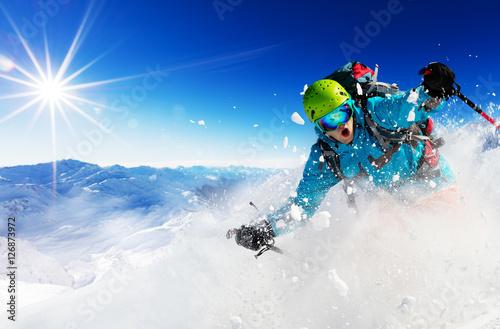 Narciarz zjeżdżający z gór