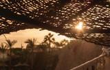Пляжный зонтик в лучах солнца на закате