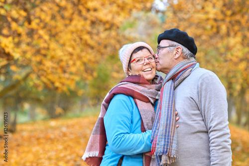 Poster älteres Seniorenpaar beim Herbstspaziergang, Vertrautheit