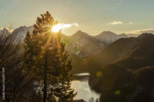 Foto op Plexiglas Landschappen Blick auf verschneite Berglandschaft im Allgäu gegen die strahlende Abendsonne, kreative Bildbearbeitung