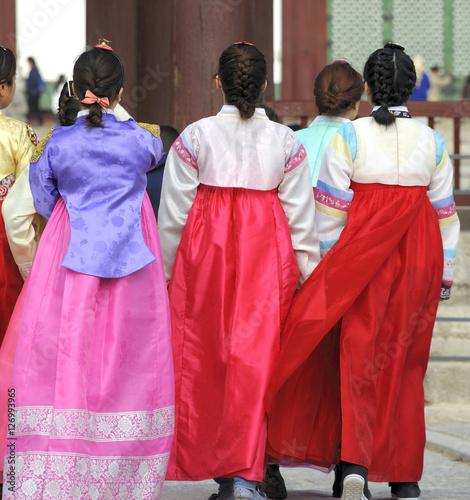 Plexiglas Seoel Women in traditional dresses