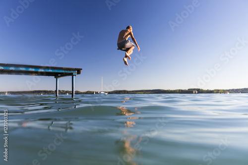 Póster Junge springt vom Steg in den See