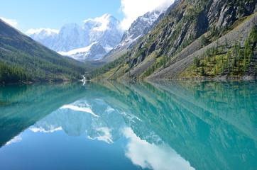 Отражение гор Сказка и Красавица в Большом Шавлинском озере, Горный Алтай, Россия