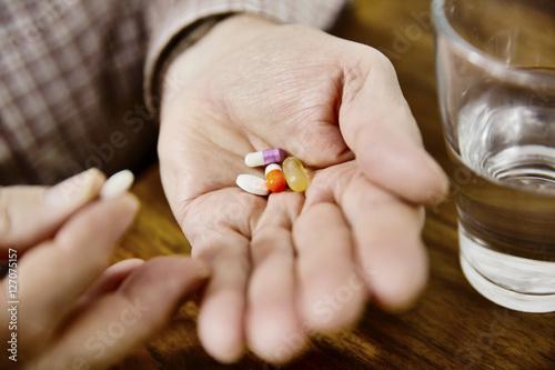 Senior nimm seine Meikamente ein, Tabletten, Medizin Poster