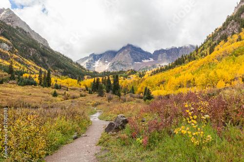 Fotobehang Oranje Trail to Maroon Bells in Fall