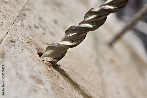 Duża wiertło w otworze z betonu
