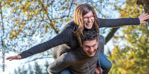 Poster Junges Paar hat viel Spaß im Park