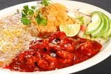 Camarones a la diabla con aguacate,  ensalada, arroz y frijoles
