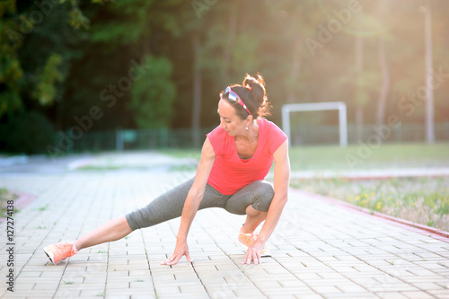 Valokuva fitness girl stretches for training workout outdoor