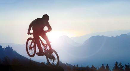 fototapeta kolarstwo górskie w wysokich górach