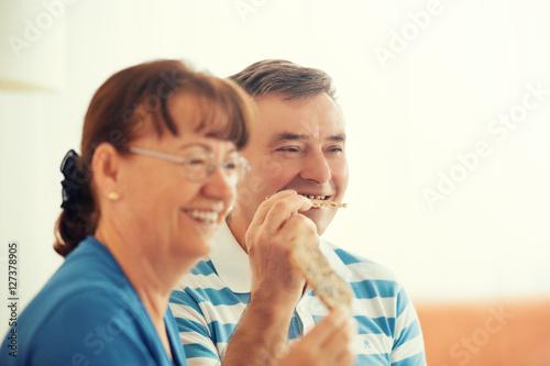 Poster Senior couple enjoying living room early in the morning.