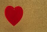 cuore rosso su sfondo oro