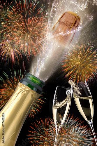 Poster Korken einer Champagnerflasche fliegt an Silvester 2017 mit Feuerwerk
