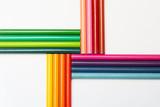 Lápices de colores patrón cruzado en fondo aislado blanco