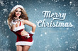 attraktive Weihnachtsfrau vor Winterhintergrund und
