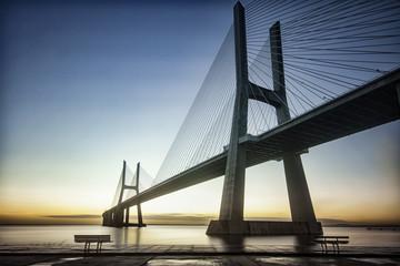 Fototapeta nowoczesny most linowy nad rzeką
