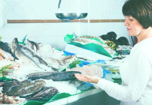 Keuken foto achterwand Boodschappen Woman choosing seafood